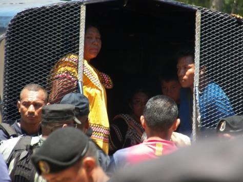 Weni Bagama y Goejet Miranda ambos lideres del M-10 detenidos en el carro patrulla juntos a menores de edad. foto: Oscar Sogandares