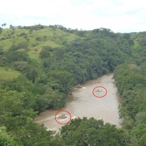 Vista panoramica de los petroglifos sobre el río Tabasará
